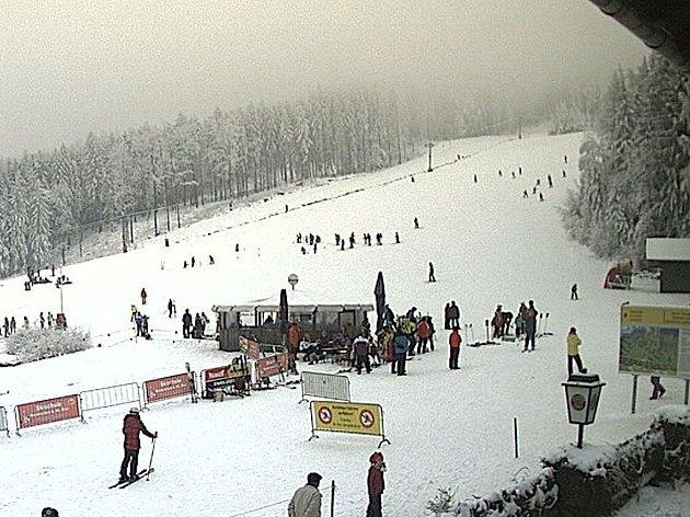 ZE STŘEDISKA HOHENBOGEN. Po pondělním poledni tam zachytila webová kamera poměrně dost lyžařů.