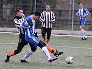 Přípravný zápas Jiskry s Kolovčem. Kolovečský Bukovský takhle objal domažlického Bezděka.