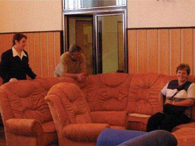 ZAMĚSTNANKYNĚ PODHORANU A.S. Jitka Kauerová předvádí návštěvníkům výstavy jeden ze společností nabízených výrobků .