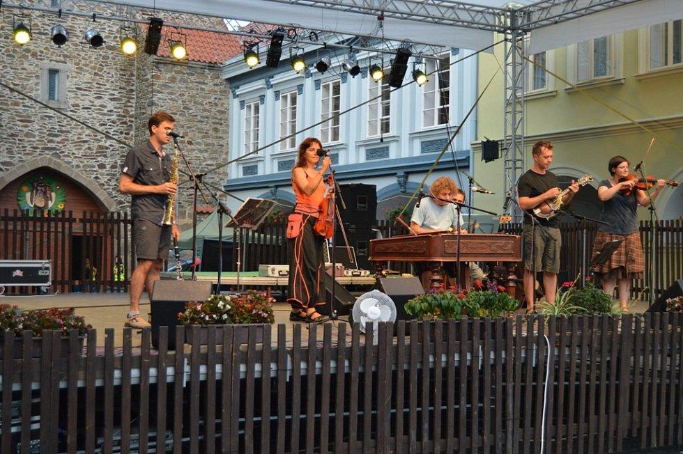Ozvěny folklóru v pátek večer na pódiu u dolní brány.