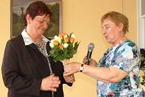 Autorku obrazů Janu Sekyrákovou přítomným při zahájení výstavy představila ředitelka Městského centra sociálně-rehabilitačních služeb Vendula Klimentová.