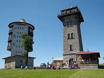 Kurzova věž (vpravo) a bývalá vojenská pozorovatelna na vrcholu Čerchova.