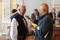 Slavnostní předání medaile Karlu Reitmeierovi.