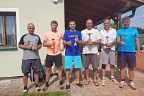 Ti nejlepší aktéři tenisového turnaje obdrželi poháry.