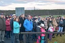 Nový rok vítala v Poběžovicích u kapličky stovka lidí.