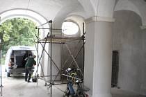Vstupní brána zámku v Chocomyšli bude tečkou za čtyřletou rekonstrukcí, která přišla na čtyři miliony korun.