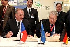 Zemský rada okresu Cham Franz Löffler s hejtmanem Milanem Chovancem (vpravo) při podpisu