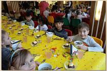 Slavnostní oběd prvňáčků v domažlické základní škole.