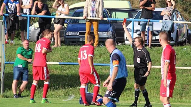 Vyloučení meclovského Vadyma Levchenka (v červeném č. 14) v 52. minutě utkání v Holýšově.