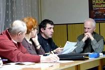 ZASTUPITEL JIŘÍ ANDERLE (druhý zprava) požadoval při jednání zastupitelstva jako příspěvek městyse na masopustní průvod 10 000 korun. S požadavkem však neuspěl.