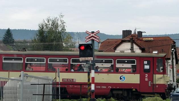 Osobní vlak na trati Domažlice - Planá - železniční přejezd v Trhanově.