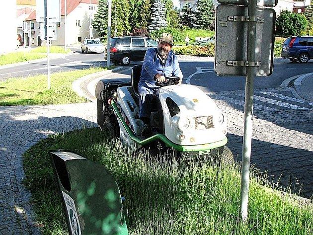 Pracovníci Domažlických technických služeb tento týden dosekávají poslední travnaté plochy ve městě.
