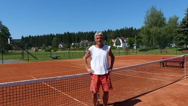 Vladimír Beránek je předsedou Sokola Babylon. Zároveň je správcem na kurtech a trenérem.