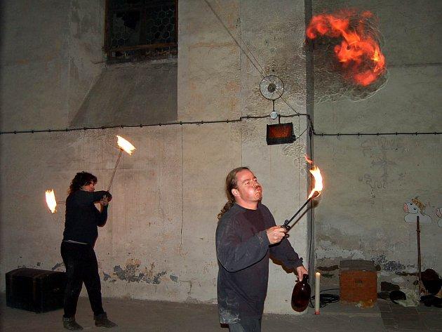 Ohňová šou v klášteře kapucínů.