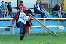 Chodov je prostě fotbalový. S míči to tam umějí i ženy.