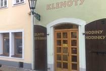 I sem, do zlatnictví na náměstí v Horšovském Týně nosil zloděj svůj lup.