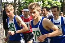 Jiří Voják (vlevo s číslem 86)  vyhrál další díl seriálu o nejlepšího Běžce Chodska, Běh na Škarman, když za sebou nechal obhájce loňského prvenství Tomáše Vebera.