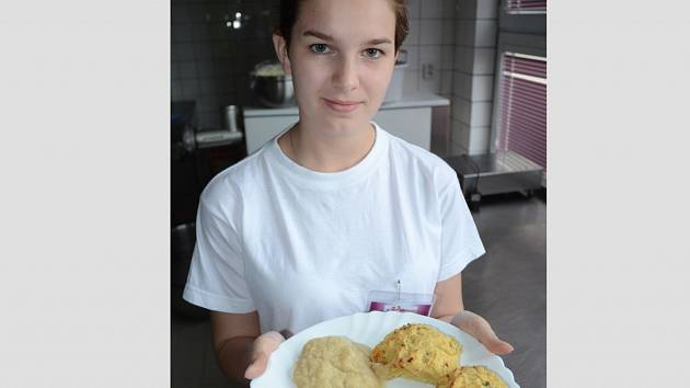 Žákyně Anna Peštová z 1. ročníku připravila pro spolužáky úhoře v bylinkové strouhance a celerovém pyré s hrachovými kroketami.