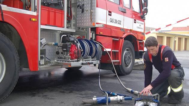 PRAVIDELNOU KONTROLOU prochází veškeré technické vybavení. Antonín Rendl na snímku kontroluje hydraulické kleště.