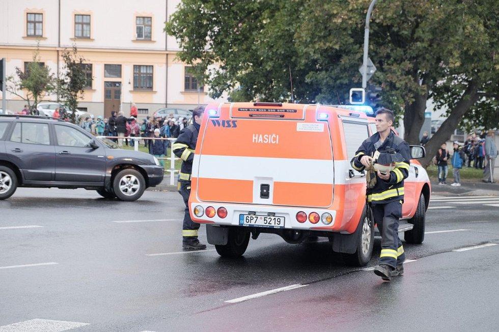 Evakuace školy v Komenského ulici v Domažlicích.
