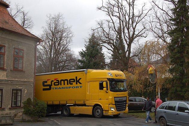 Kamion zablokoval cestu u pošty.