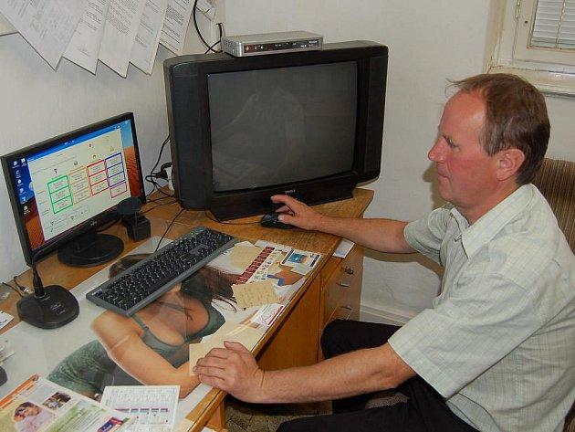 Místostarosta Domažlic Dalibor Kubů ukazuje monitorovací systém.