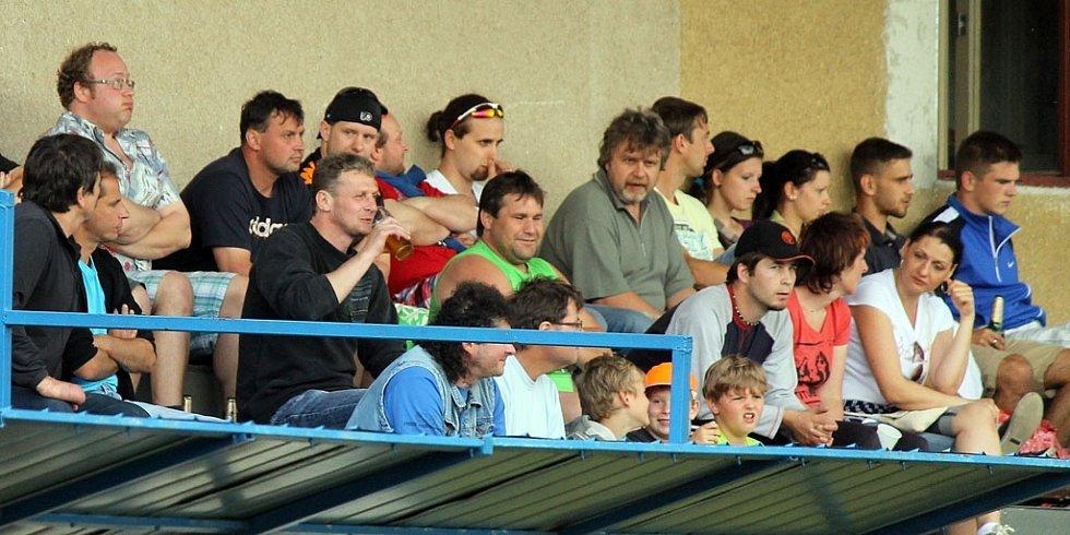 V Mrákově přivítali Staňkov a tribuna byla znovu solidně zaplněna. Nechyběl ani zelený Zdeněk.