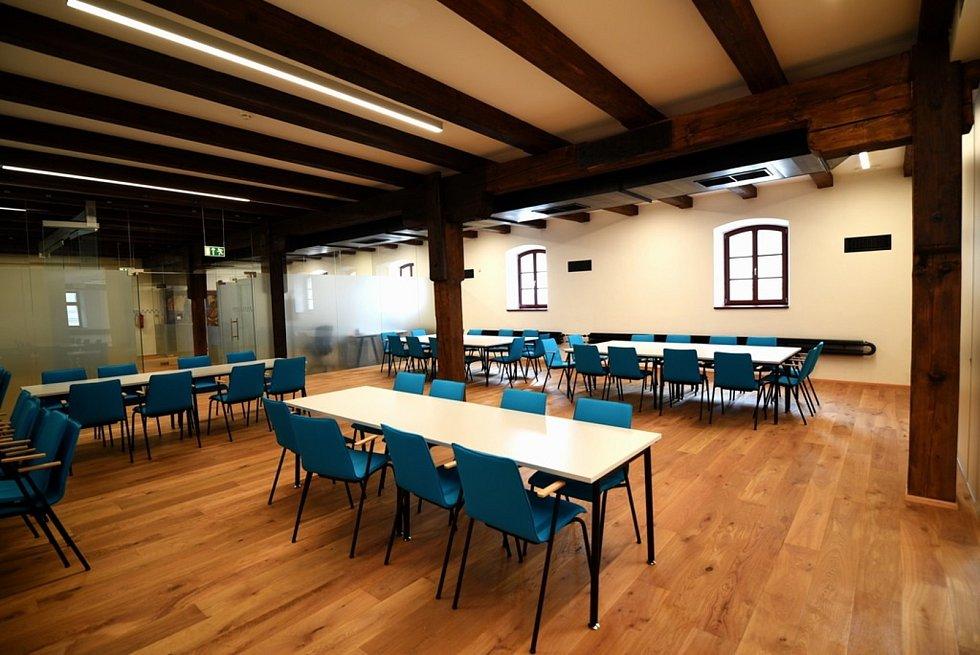 V někdejší domažlické sladovně nově sídlí galerie, komunitní centrum, nacházejí se zde také taneční sál, knihovna, minipivovar a restaurace.