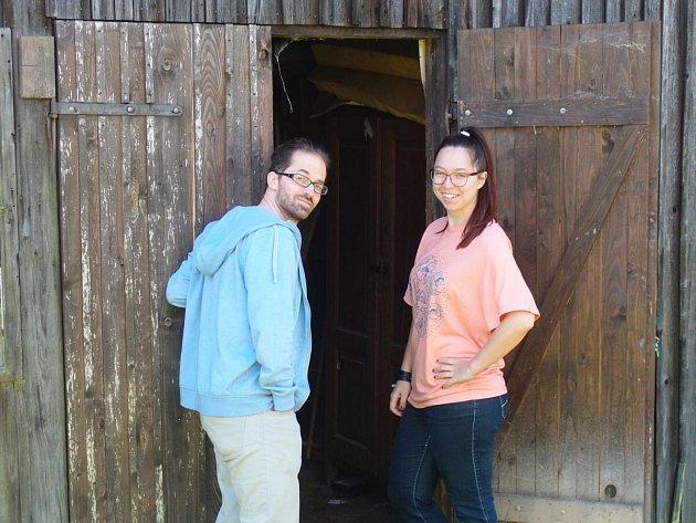 Dva vedoucí workcampu, Michal (Čech) a Anna (Rusko), kteří se přijeli podívat, kde v Domažlicích budou dobrovolníci z celého světa  pracovat.