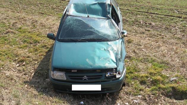 Řidička se otočila na svého psa na zadním sedadle. Vyjela mimo komunikaci a následně havarovala v silničním příkopu.