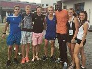 ŠIMON EKL A ONDŘEJ VÁCHAL (první dva zleva) se světovým rekordmanem na  800m Davidem Rudishou.