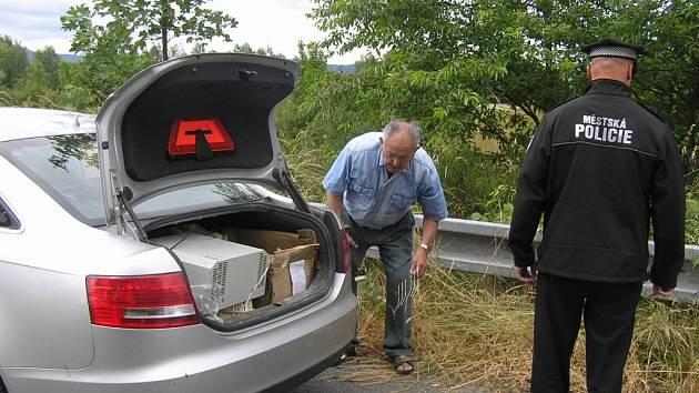 Muž (ročník 1937) si vyhozený odpad musel naložit zpět do svého vozu.