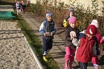 Ze zvelebování zahrady MŠ Klenčí. Předškoláci chtěli při obnově zahrady také pomáhat. Nosili jako mravenečci oblázky.