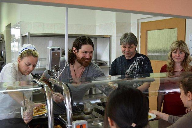 Školáky navštívil hokejista Ryan Hollweg.