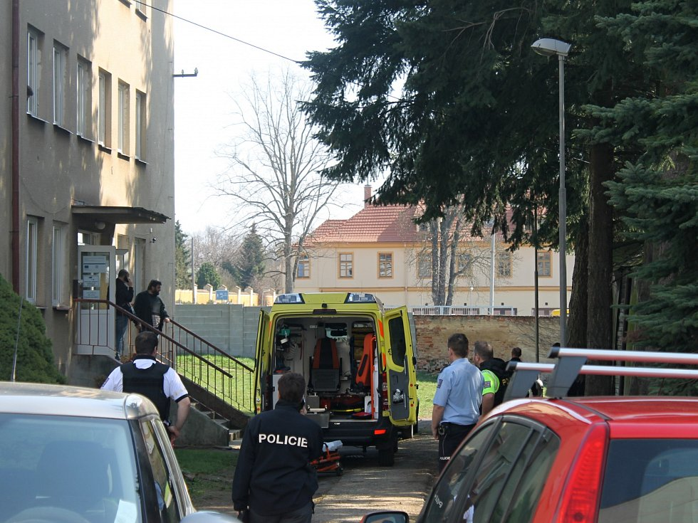V Domažlickém azylovém domě se v úterý dopoledne střílelo. Dva policisté zranění, střelec zemřel.