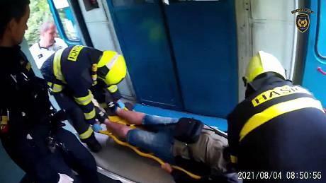 Záběry hasičů ze zásahu u srážky vlaků u Milavčí.
