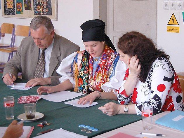 Vendy Radějová z Mrákova předstoupila před maturitní komisi ve slavnostním, těžkém chodském kroji. Tímto originálním nápadem všechny příjemně překvapila