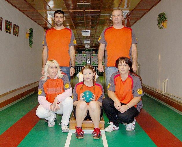 ZA HAVLOVICE C hrají zleva Petra Svobodová, Andrea Palacká, Ivana Gottwaldová, Josef Kotal a Jaromír Byrtus.