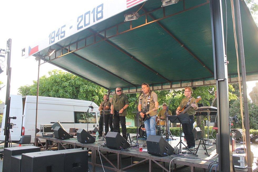Vystoupila skupina Brass Band z Rakovníka a legendární Taxmeni. Konečnou tečku udělal ohňostroj.