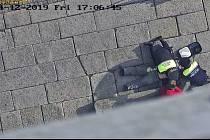 Policisté pomohli zachránit muže.