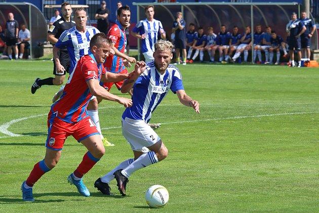Fotbalisté Domažlic (na archivním snímku hráči vmodrobílých dresech) prohráli na hřišti Benešova 3:5.