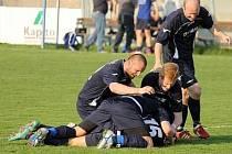 Před rokem si v Klatovech na Rozvoji udělali fotbalisté Slavoje Koloveč takovouto ´valnou hromadu´ po gólu Pavla Kadlece.