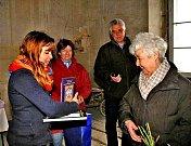 BARBARA COUNDENHOVE-KALERGI (vpravo) převzala od vedoucí MKIS Poběžovice Jany Podskalské drobné dárky na památku. Za dvojicí poběžovická učitelka Eva Hegrová a waldmünchenský spisovatel Bernhard Setzwein.