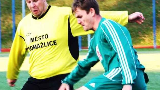 Na snímku domažlický Jiří Zdráhal v souboji se slavojským hráčem.