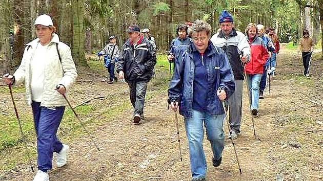Nordic walking vylákal v sobotu do přírody osmatřicet příznivců. Foto: Andrea Bauerová