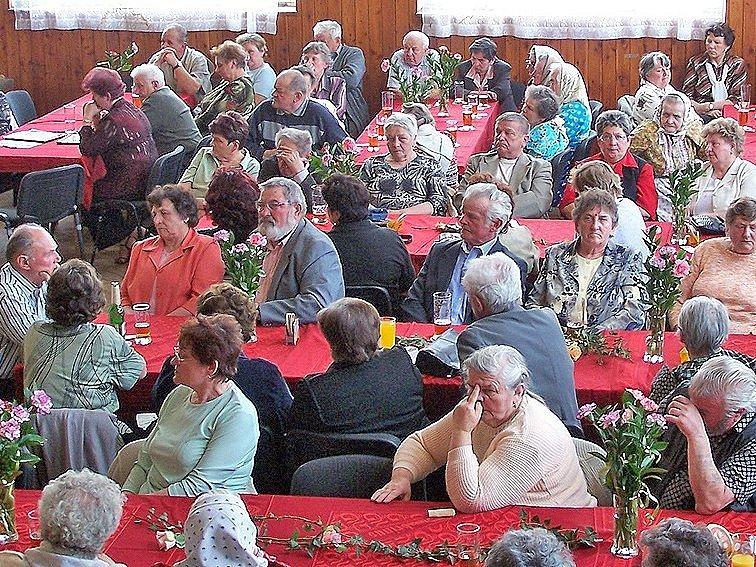 Setkání důchodců, na které obec do KD ve Starém Klíčově pozvala všechny seniory z Mrákova a spádových obcí, se vydařilo ke spokojenosti všech.