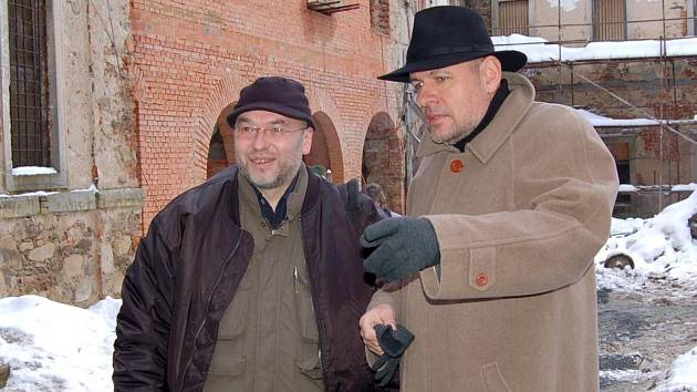 Z popela už ho řadu let úspěšně ´vynáší´ Občanské sdružení Aureius v čele s předsedou Ladislavem Henkem (vlevo). Náš snímek je z tamní návštěvy ministra kultury Václava Jehličky (vpravo).