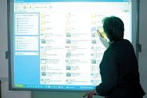 Interaktivní tabulí  se může jako jedna z mála ´základek´  pochlubit Základní škola v Bělé nad Radbuzou.
