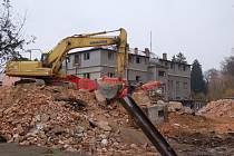 Z bourání původní domažlické nemocnice v únoru 2013.