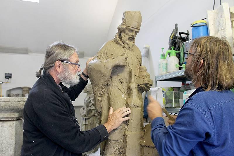Dílo tvoří v plzeňském ateliéru sochaři Jaroslav Šindelář se svým stejnojmenným synem.